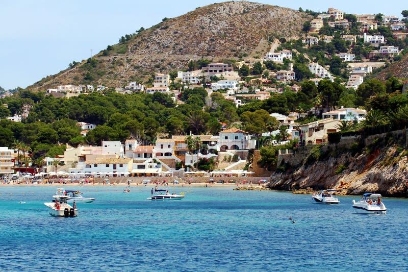 Turystyczny wybrzeże Moraira z wszystkie typ jachty i żaglówki obraz royalty free