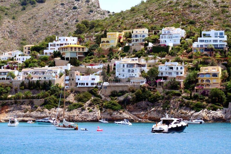 Turystyczny wybrzeże Moraira z wszystkie typ jachty i żaglówki obrazy stock