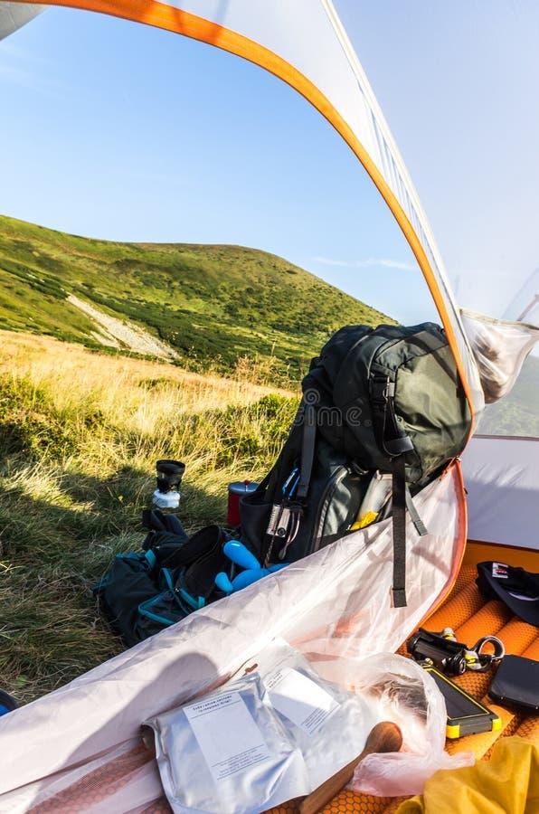 Turystyczny wyposażenie Turystyczny plecak, namiot i jedzenie, fotografia royalty free