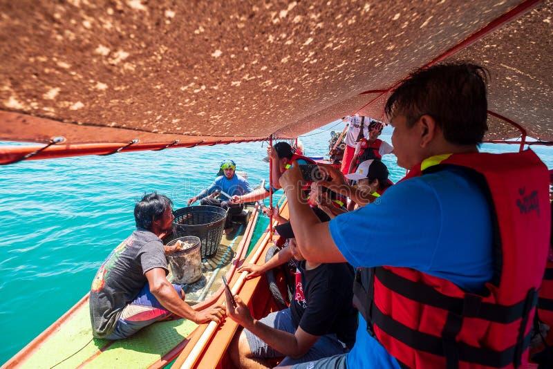 2019-04-17 turystyka rybaka Grupowa Ciekawa Mała łódź w morzu Łapać kałamarnicy Ranong prowincja, Tajlandia zdjęcia royalty free