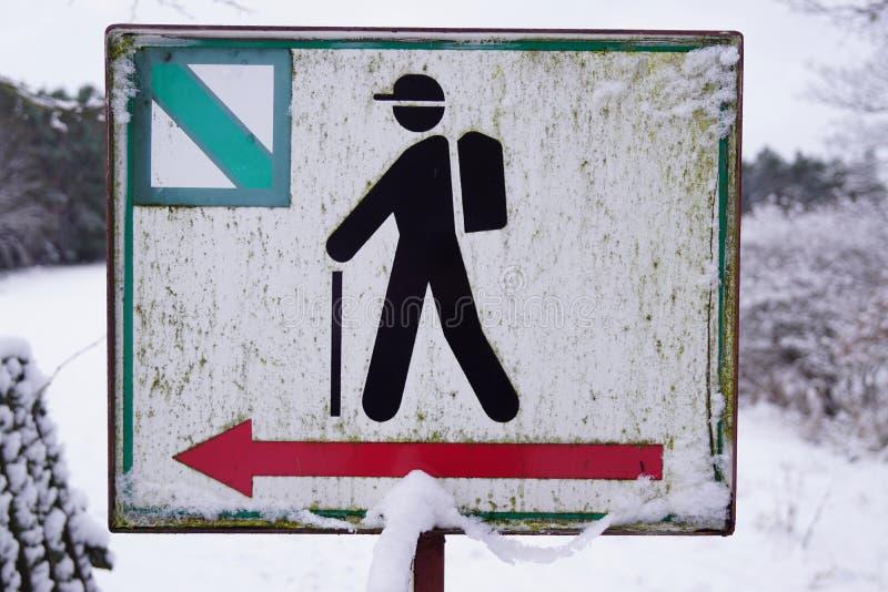Turystyka symbol, piechur, czerwona strzała - zima czas obraz royalty free