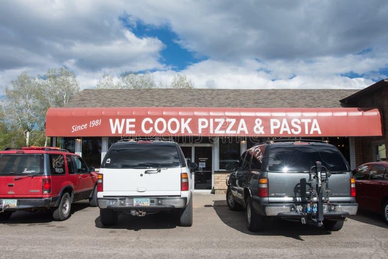 Tusayan,亚利桑那-外视图我们烹调比萨和面团,长年的餐馆正确的外部的 免版税库存图片
