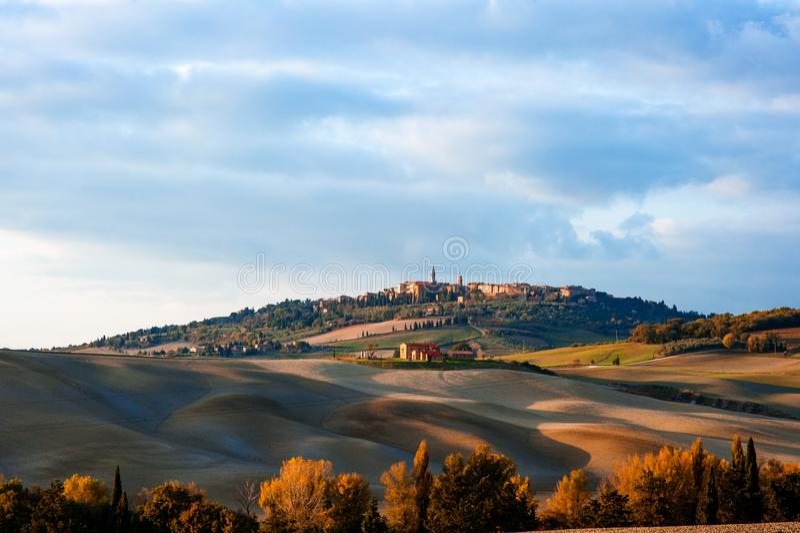 Tuscan τοπίο επαρχίας με την πανοραμική άποψη της πόλης Pienza σε Val δ ` Orcia, Τοσκάνη, Ιταλία στοκ φωτογραφίες με δικαίωμα ελεύθερης χρήσης