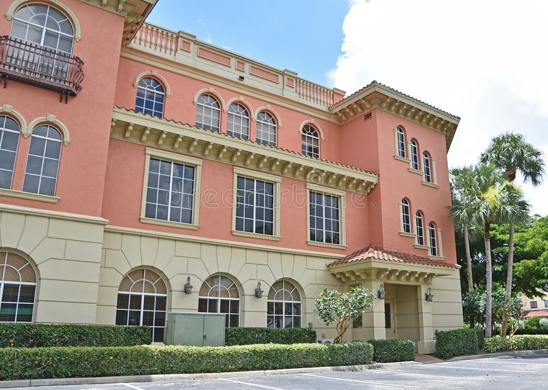 Tuscan rosa kontorsbyggnad i Naples Florida arkivbild