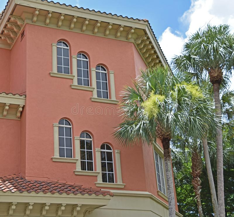 Tuscan rosa kontorsbyggnad i Naples Florida royaltyfri foto