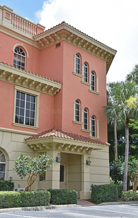 Tuscan rosa kontorsbyggnad i Naples Florida royaltyfri bild