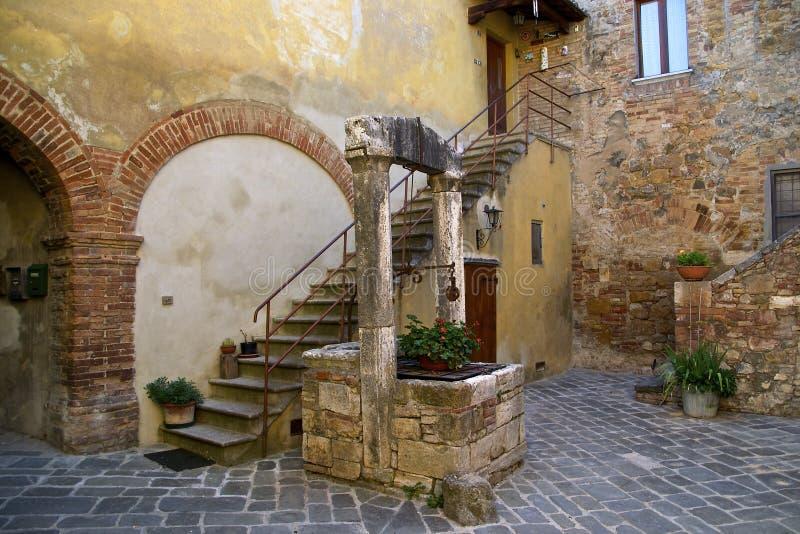 Tuscan trädgård med brunnen royaltyfri fotografi