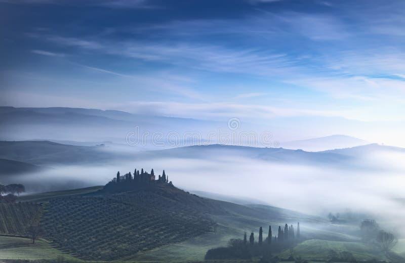Tuscany blå dimmig morgon, jordbruksmark och cypressträd italy royaltyfria foton