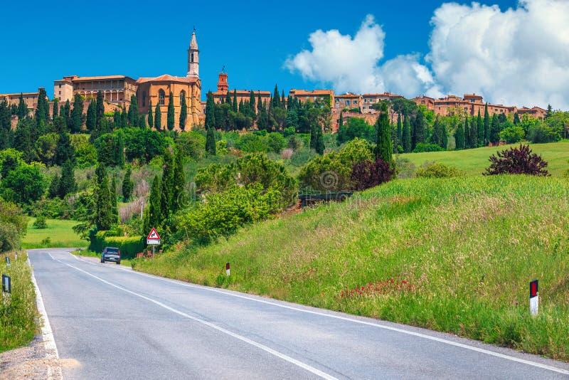 Tuscany cityscape med medeltida byggnader på kullarna, Pienza, Italien royaltyfria bilder