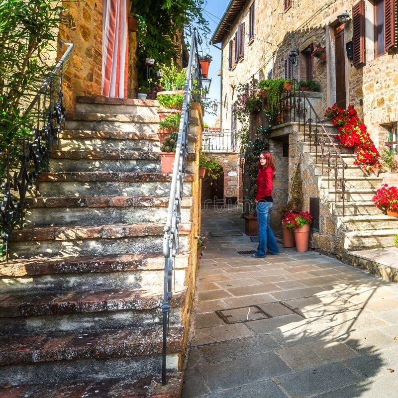 Tuscany för Monticchiello platssommar eftermiddag royaltyfria foton