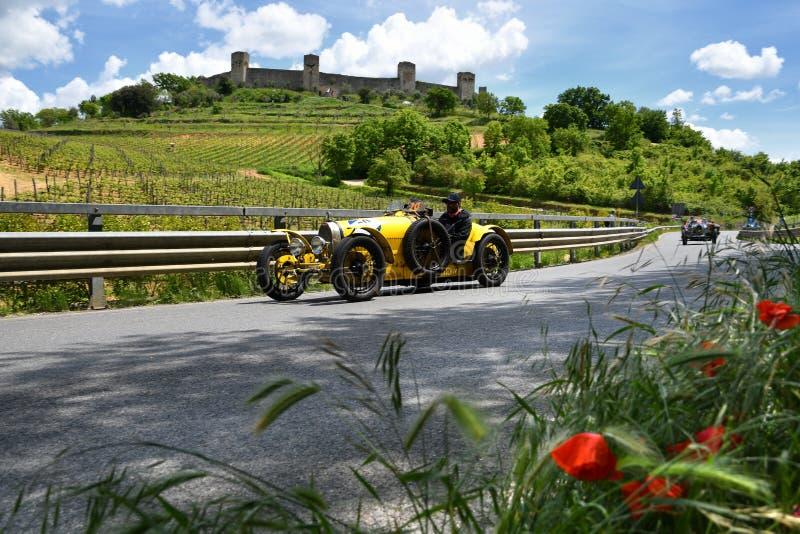 Tuscany Italien - Maj 2019: oidentifierade chaufförer på BUGATTI SKRIVER 35 A 1925 arkivbilder