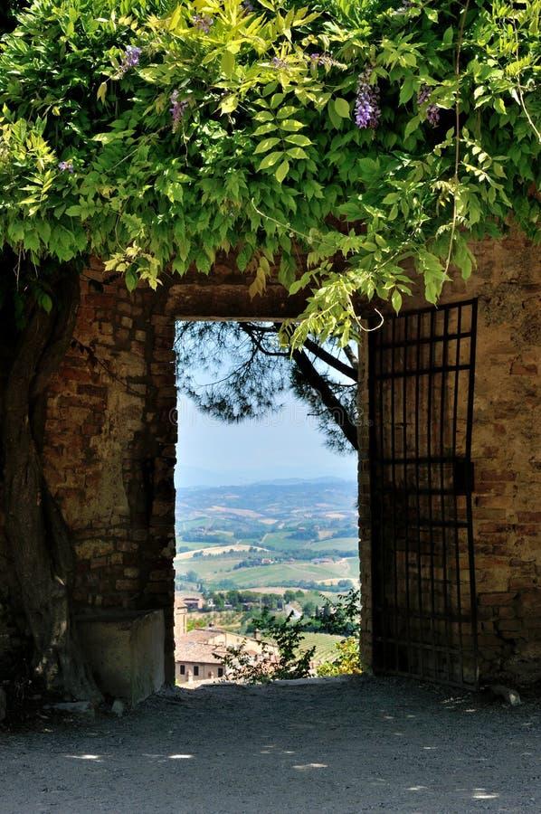 Tuscany krajobraz od ściennego drzwi obrazy royalty free