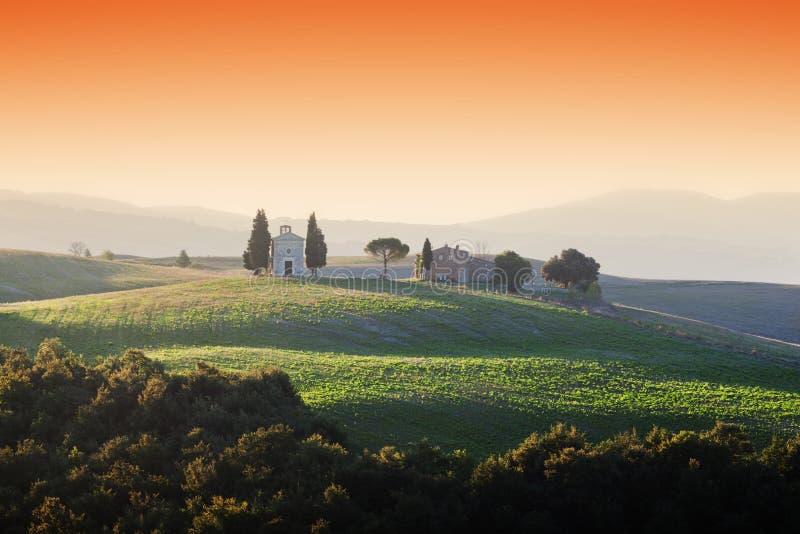 Tuscany krajobraz przy wschodem słońca z kaplicą Madonna Di Vitaleta troszkę, Włochy zdjęcia stock