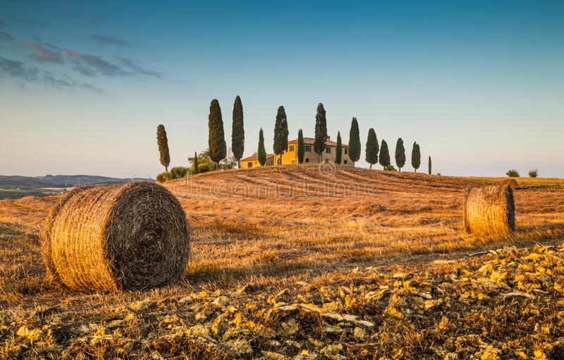 Tuscany krajobraz z gospodarstwo rolne domem przy zmierzchem obraz royalty free