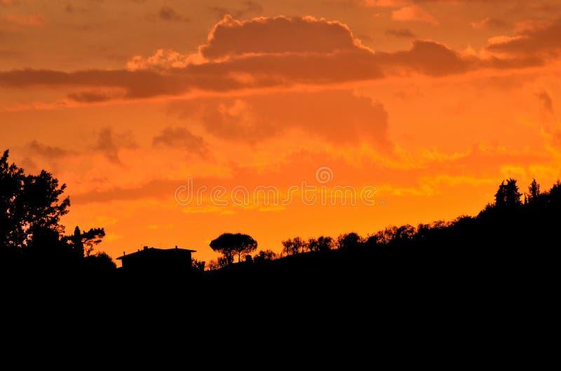 Tuscany - kullar och by royaltyfria foton