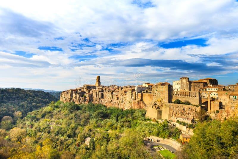Tuscany landskap för Pitigliano medeltida bypanorama. Italien arkivbilder