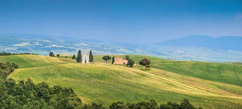 Tuscany landskap med den berömda Cappella dellaen Madonna royaltyfria bilder