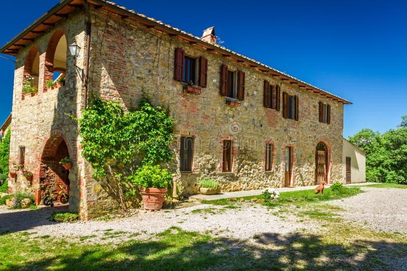 Tuscany lantligt hus i sommar royaltyfri bild