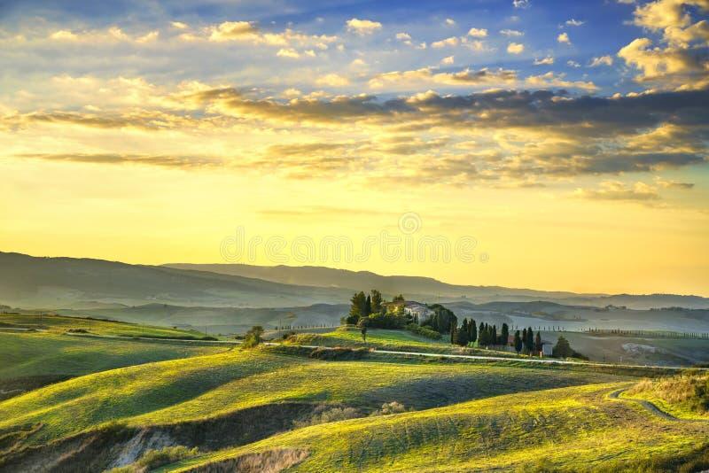 Tuscany Maremma solnedgång Träd, jordbruksmarker, kullar och fält volt royaltyfria foton