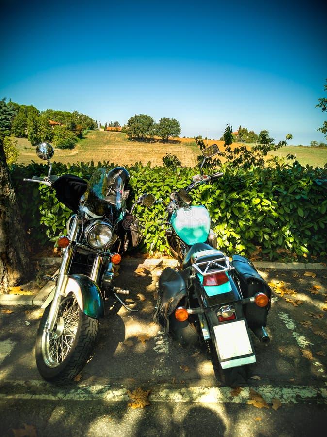 Tuscany motorcykellopp på chiantikullar royaltyfria foton