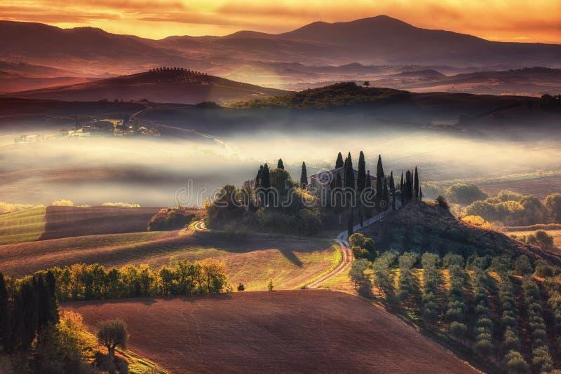 Tuscany, panoramiczny krajobraz z sławnego domu wiejskiego tocznymi wzgórzami zdjęcia royalty free