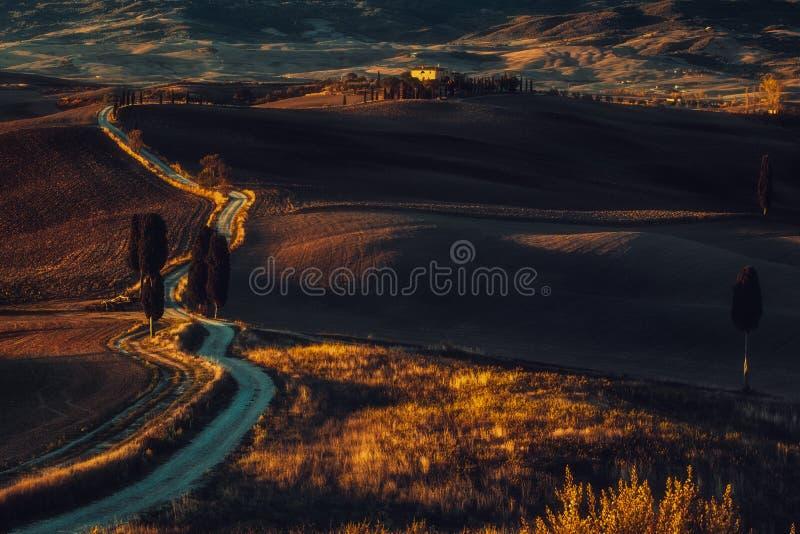 Tuscany, panoramiczny krajobraz z sławnego domu wiejskiego tocznymi wzgórzami obrazy royalty free