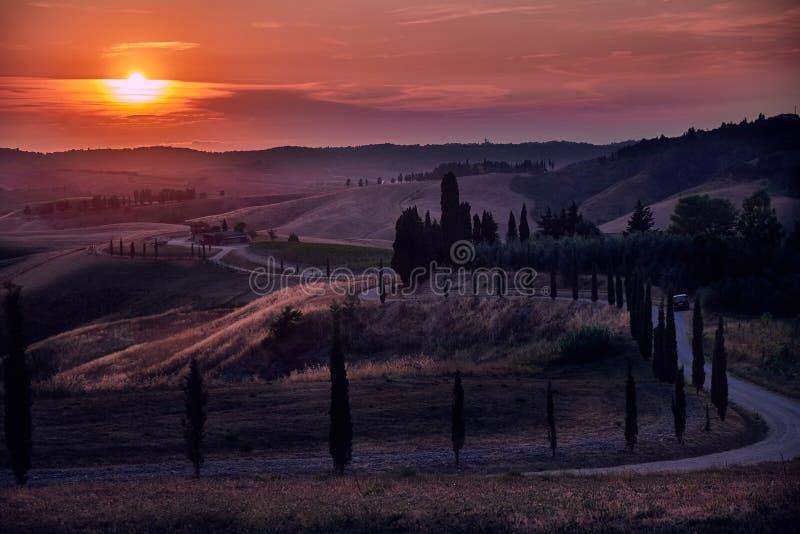 Tuscany solnedgånglandskap royaltyfri fotografi