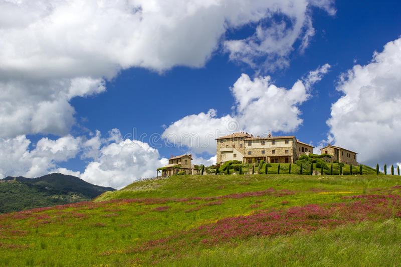 Tuscany - typisk landskap fotografering för bildbyråer
