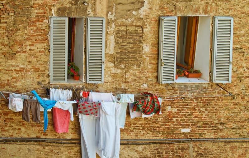 Tuscany Windows med klädstrecket royaltyfria bilder
