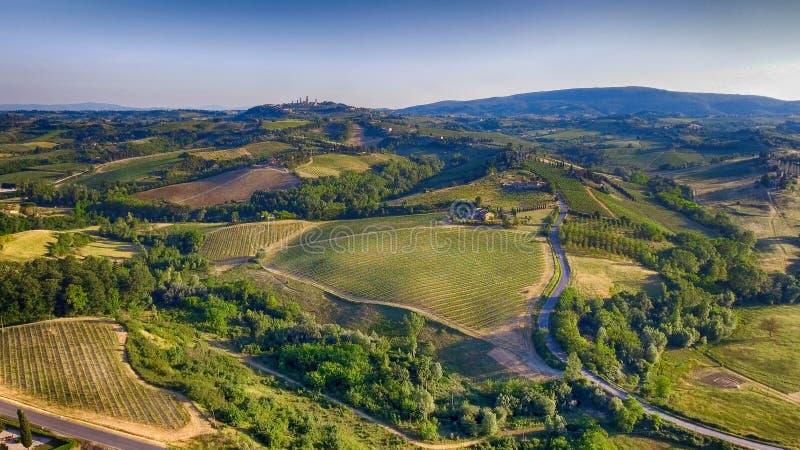 Tuscany wsi wzgórza, oszałamiająco widok z lotu ptaka w wiośnie zdjęcia stock