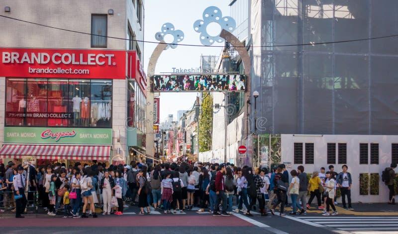 Tusen av folk får in till den Takeshita gatan royaltyfria foton