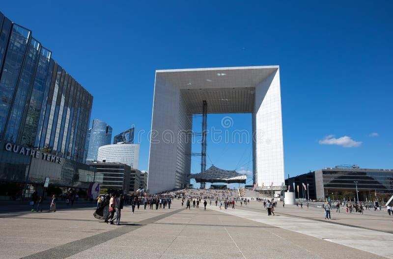 Tusen dollar Välva sig de la Försvar, modern affär och finansiellt område i Paris, Frankrike royaltyfri fotografi
