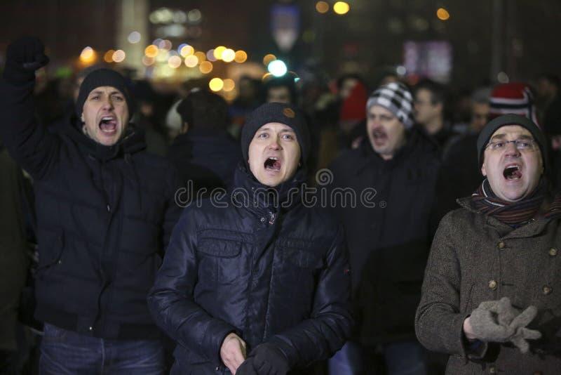 Tusentalsprotesten som Rumänien kopplar av korruptionlag royaltyfri foto