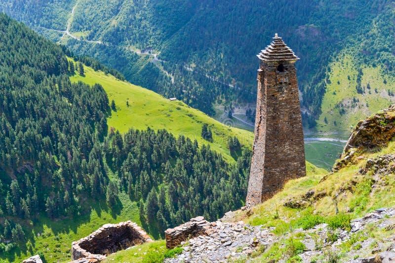 Tusheti, Gruzja: starożytna wieża w alpejskiej wiosce Kvavlo z zapierającym dech w piersiach widokiem na góry i lasy fotografia stock