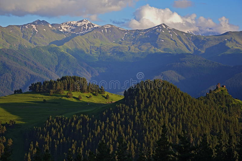 Tusheti med Kaukasus berg royaltyfri foto