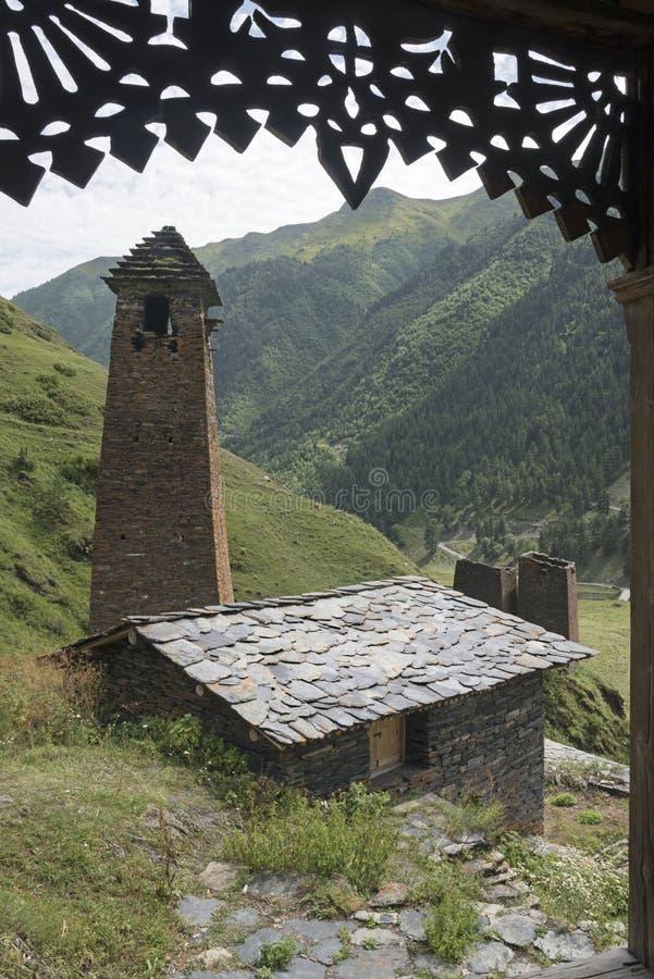 Tushetidorp met oude torens door het houten ontwerpen stock afbeelding
