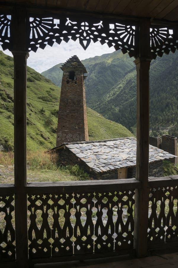 Tushetiroeier door tracery houten portiek royalty-vrije stock foto