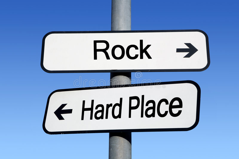 Tussen een rots en een harde plaats. stock foto