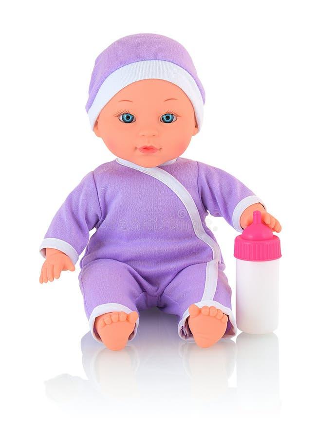 Tuta e cappuccio d'uso della bamboletta, con la bottiglia di latte isolata su fondo bianco con la riflessione dell'ombra immagine stock