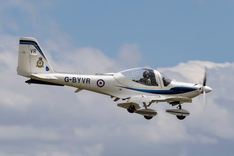 Tuteur T de Royal Air Force RAF Grob G-115E 1 aéronef d'instruction G-BYVR à l'approche à la terre chez RAF Waddington photo stock