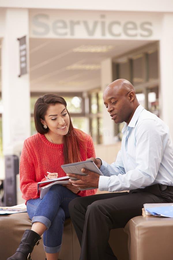 Tuteur To Discuss Work de Having Meeting With d'étudiant universitaire image stock