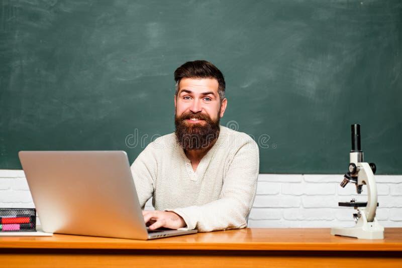 Tutor farpado perto do quadro Estudante Studying Hard Exam Dia dos professores tutor Conceito da ci?ncia e da educa??o escola imagens de stock