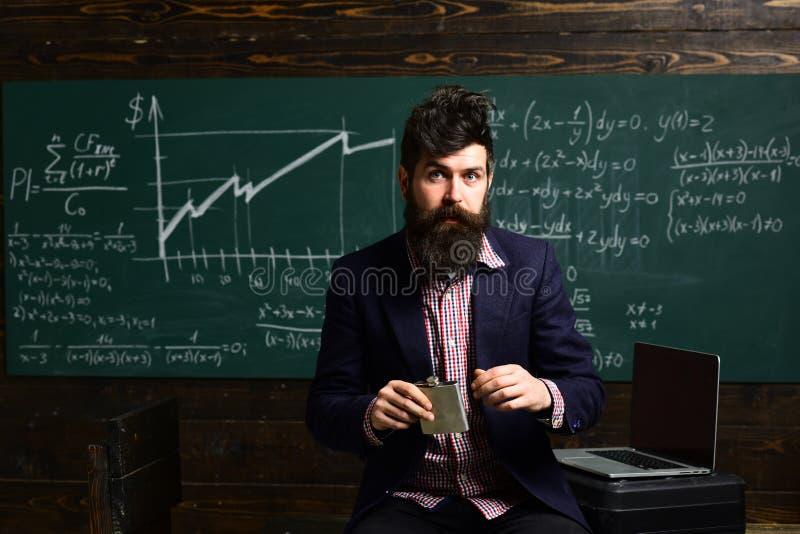 Tutor o assento ao lado da mesa durante lições privadas em casa On-line Que qualidades fazem o professor Retrato da fêmea fotografia de stock