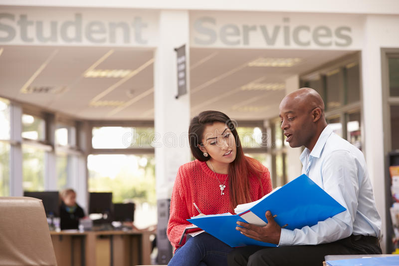 Tutor To Discuss Work de Having Meeting With da estudante universitário imagens de stock