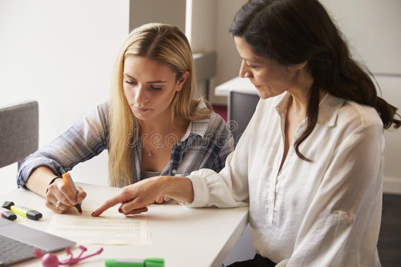 Tutor Using Learning Aids para ajudar o estudante With Dyslexia imagens de stock