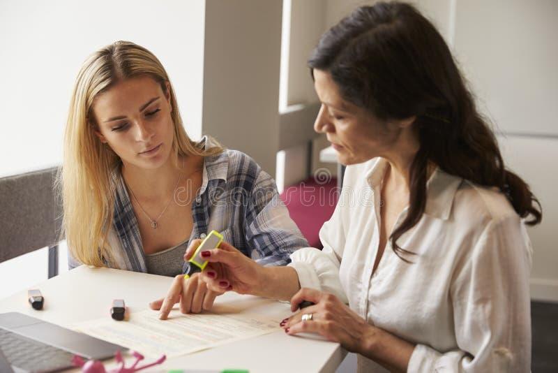 Tutor Using Learning Aids para ajudar o estudante With Dyslexia imagem de stock royalty free