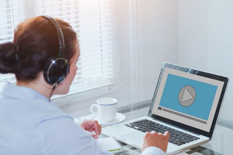 Tutorial video de observación en el ordenador, educación de la mujer del negocio en línea fotos de archivo