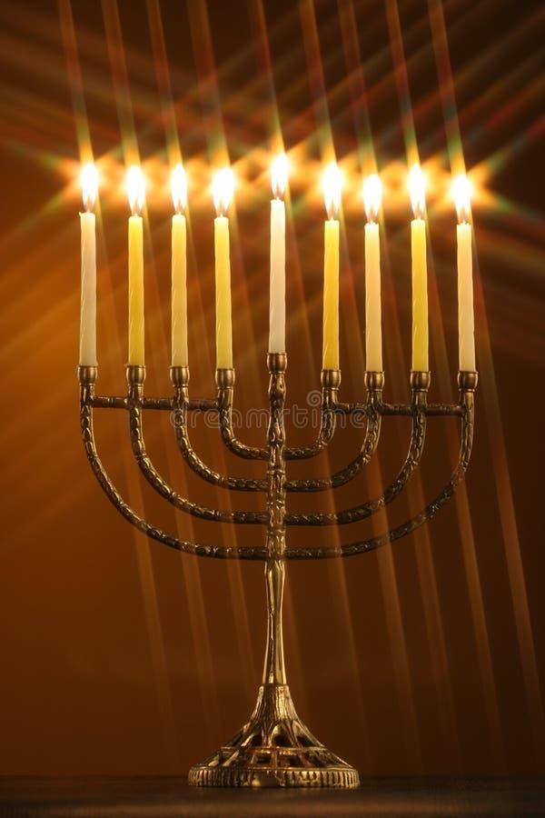 Tutta la candela lite sul menorah tradizionale di Hanukkah con il filtro dalla stella immagine stock