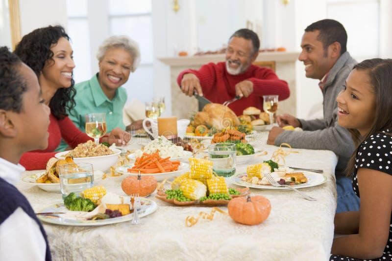 tutta la famiglia del pranzo di natale insieme immagine stock