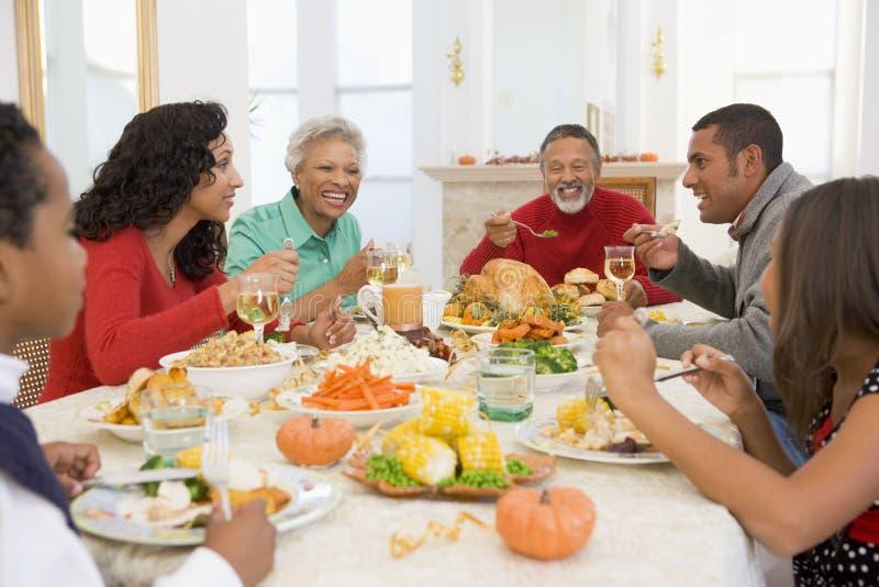 tutta la famiglia del pranzo di natale insieme immagini stock libere da diritti